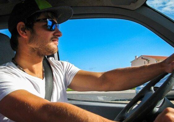 coche de alquiler en verano - gafas de sol